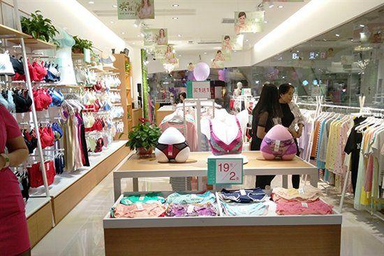 她将散货内衣店进行了清货处理,在当地一个新商场租了一间70多平米的