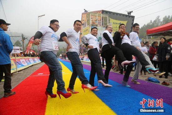 重庆高跟鞋彩跑开赛 男士穿高跟鞋参赛成亮点(组图)
