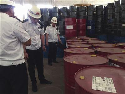澳门新金沙国际:仓库内隐藏数十桶危化品_开发区一企业被查