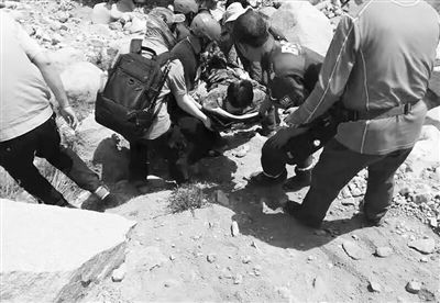 幸运飞艇5码公式67:男子登山意外摔伤_众人接力施救