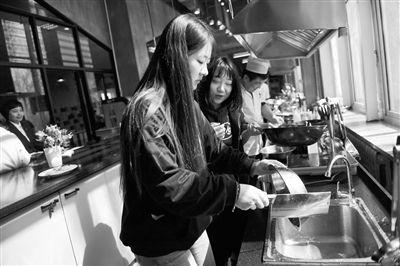 """高校""""共享厨房"""" 学生动手做饭"""