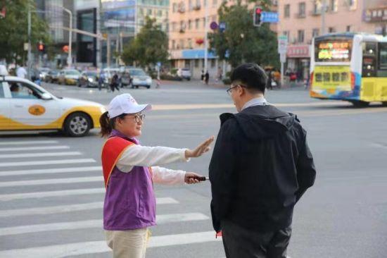 """沈阳大东区""""文明一起行""""志愿者文明服务在行动"""