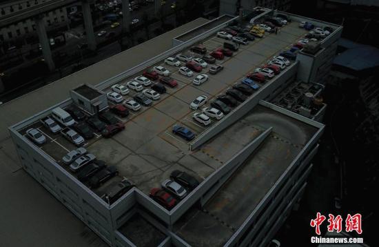重庆现空中停车场 车辆需要爬7楼停车 (组图)