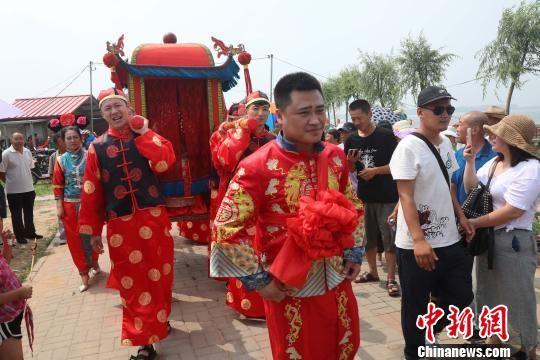 第三届沈阳辽中珍珠湖荷花节上演真实版满族婚礼