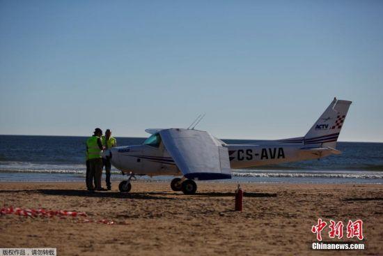 飞机迫降撞死两人 葡萄牙飞机因故障迫降于sao joao海滩(组图)