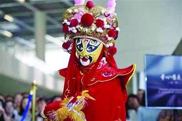 13岁女孩为啥不补课?专学川剧变脸等传统艺术