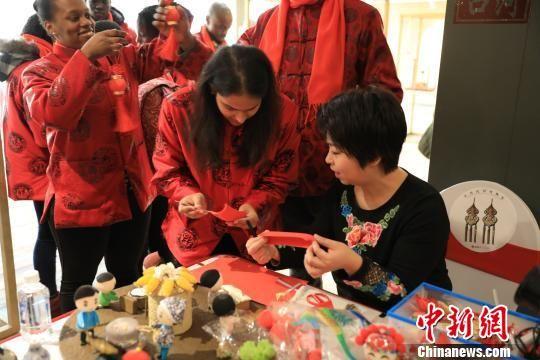 """外国留学生在辽宁盘锦寻找临近的中国""""年味"""""""