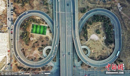足球场藏身立交桥 还未踢球便被绕晕了