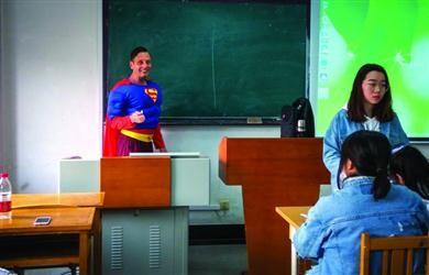 """外教化身""""超人"""" 上课引众人点赞"""