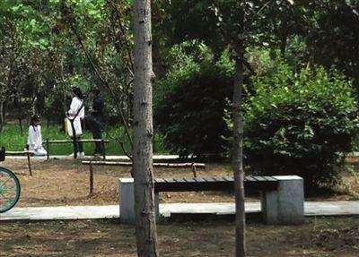 八八彩票链接:学习出问题_少女被父母公园罚跪