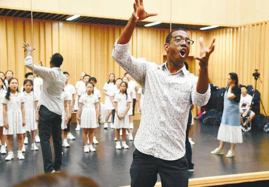 美国指挥心仪沈报童声合唱团《一窝雀》