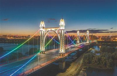 """东塔跨浑河桥穿上""""晚礼服"""""""