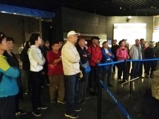 图为沈阳铁路老科技工作者参观的情景。    9月26日上午,中国铁路沈阳局集团有限公司老科协工电工程专业委员会的老科技工作者们,一起参观了沈阳市九一八历史博物馆,既接受了一次爱国主义教育,也以独特方式迎接了建国69周年。   参观中,老科技工作者们耳闻目睹了日本关东军采取各种卑劣手段图谋我国东北的史料图片,了解了日本关东军侵占我国东北后,肆虐残害我国东北平民、疯狂掠夺我国东北资源、极力扶持汉奸建立伪满洲国傀儡政权、利用活人充当细菌武器试验标本、大肆围剿东北抗日武装的累累罪行。看到了中国共产党领导中国人民