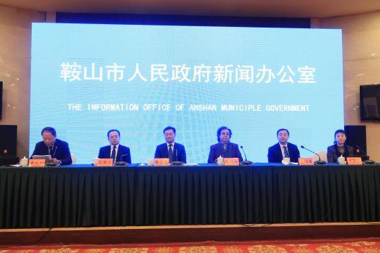 市委秘书长郭志强,千山风景区管委会主任范静国等当地官员.