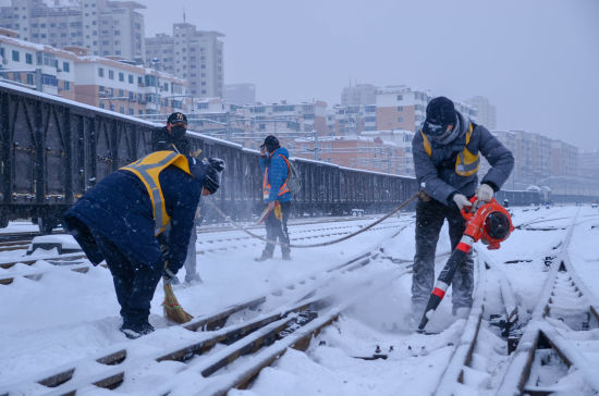 """丹东工务段""""闻""""雪即动 全力做好特殊时期除雪工作"""