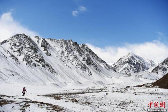 甘�C�C南巴��(er)斯雪山春日冰雪秘境吸引游客