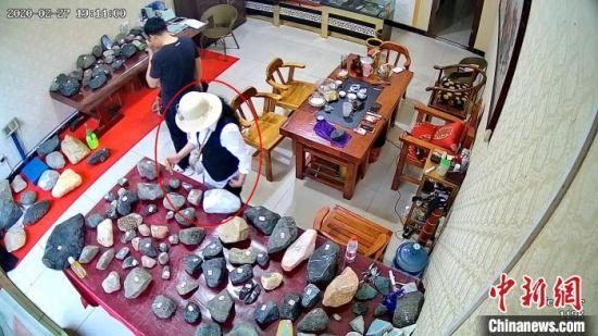 女子�B�m�I�`玉石及毛(mao)料(liao)60件被捕 案值近百�f