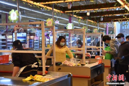 美��超市采取措(cuo)施控制(zhi)疫情(qing)