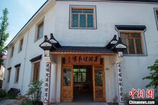 黑陶(tao)手�人的匠心人生�U泥(ni)火交融中(zhong)�鞒蟹沁z技�