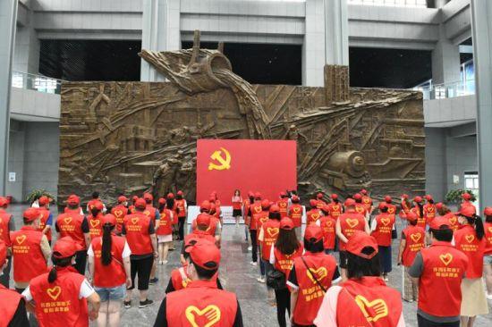 礼让行人·党员先行 沈阳铁西志愿服务大集红红火火